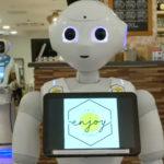 Camerieri robot in un bar di Budapest